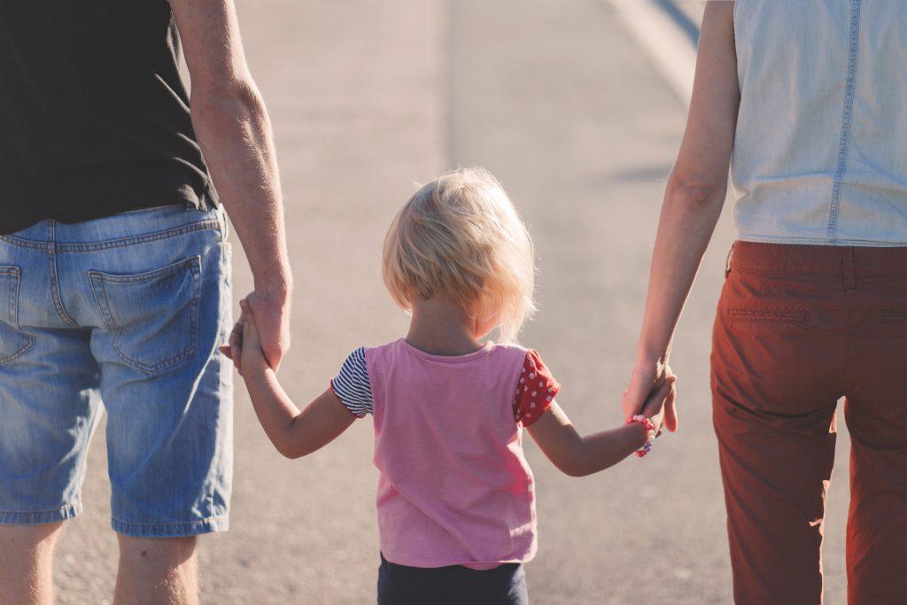 Родители держат дочку за руки фото