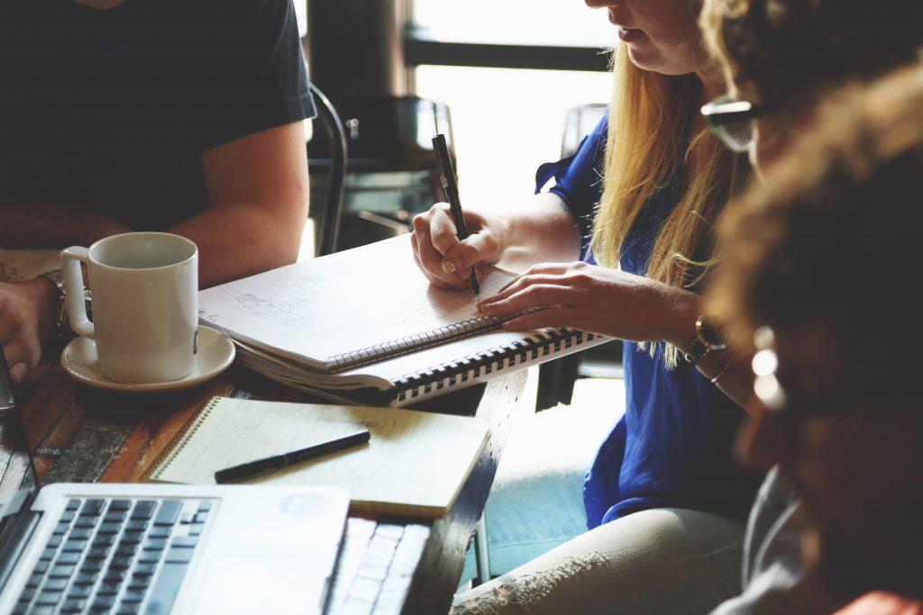 Стоковое фото сотрудников на деловой рабочей встрече в кафе