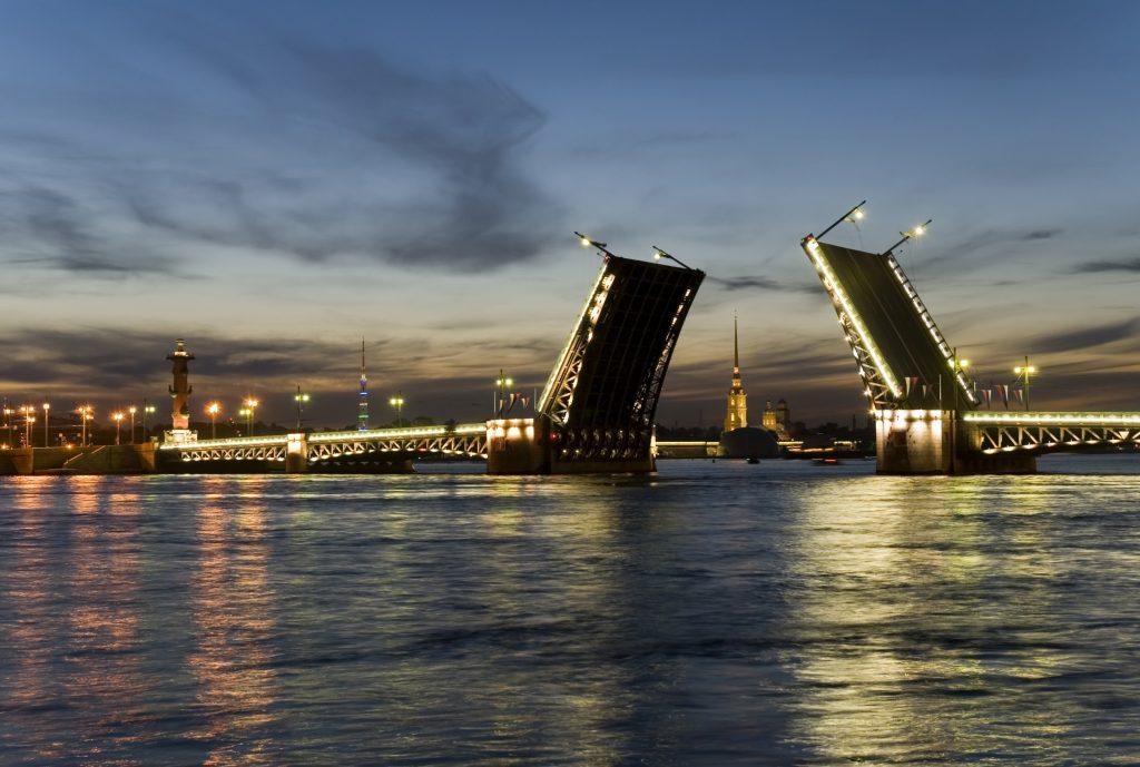 Разведенный мост на Неве в Петербурге