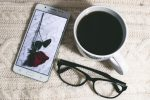 Фото мобильного телефона, чашки кофе и очков