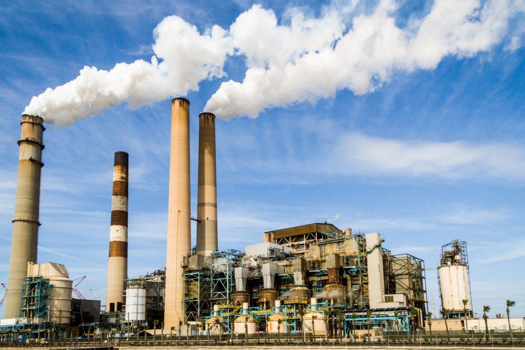 Промышленность, загрязнение атмосферы - дым из труб завода