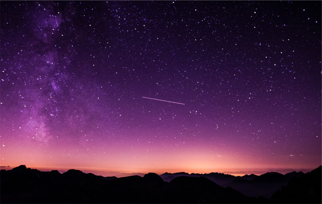 Фото падающей звезды в ночном звездном небе