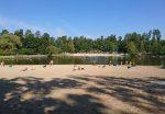 Городской пляж Пуща-Водицы на лесном озере