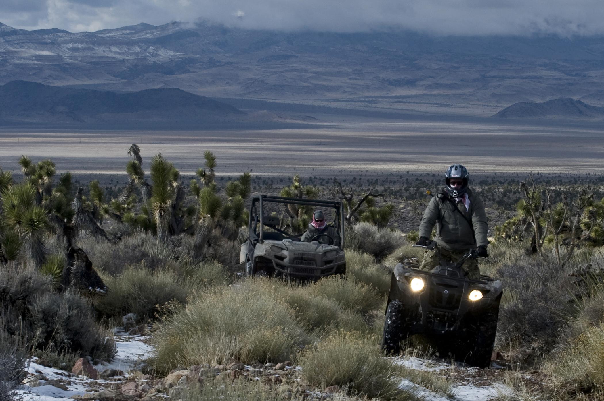 Квадроциклы едут по пустыни фото