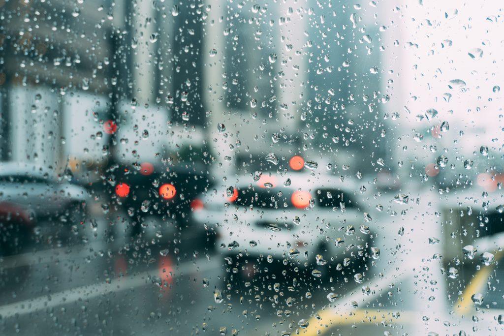 Капли дождя на стекле автомобиля машины