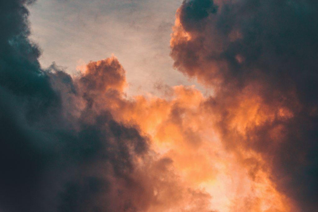 Красные облака на закате фото