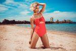 Девушка на пляже в ретро купальнике фото