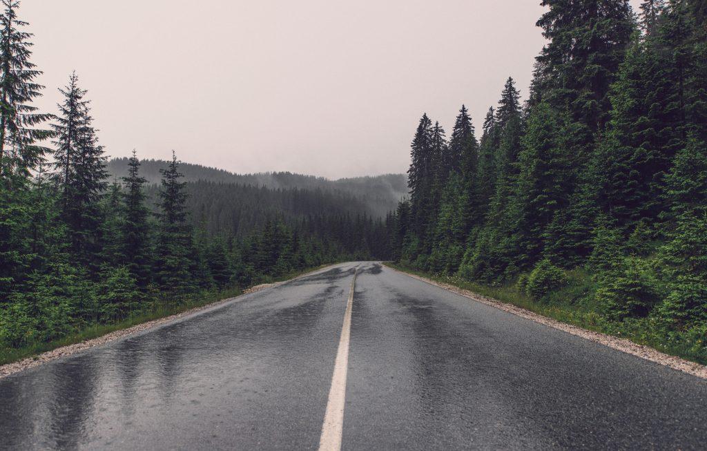 Ливень на дороге, идет дождь