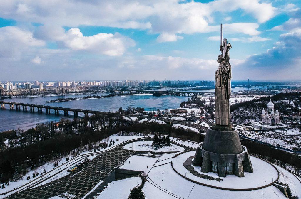 Родина мать и панорама левого берега Киева