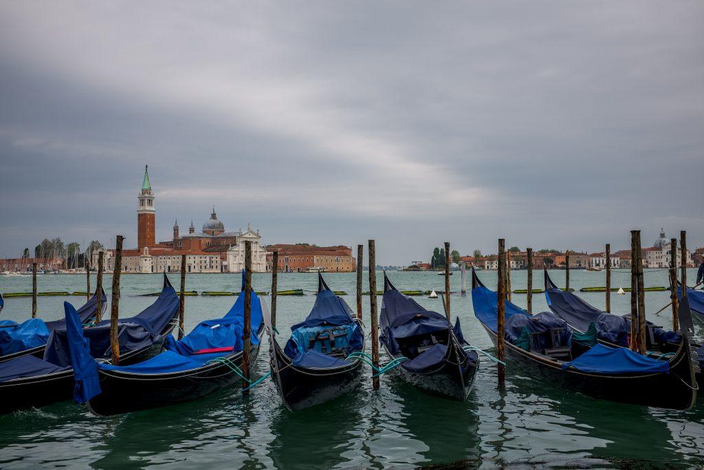 Лодки гондолы на пристани в Венеции