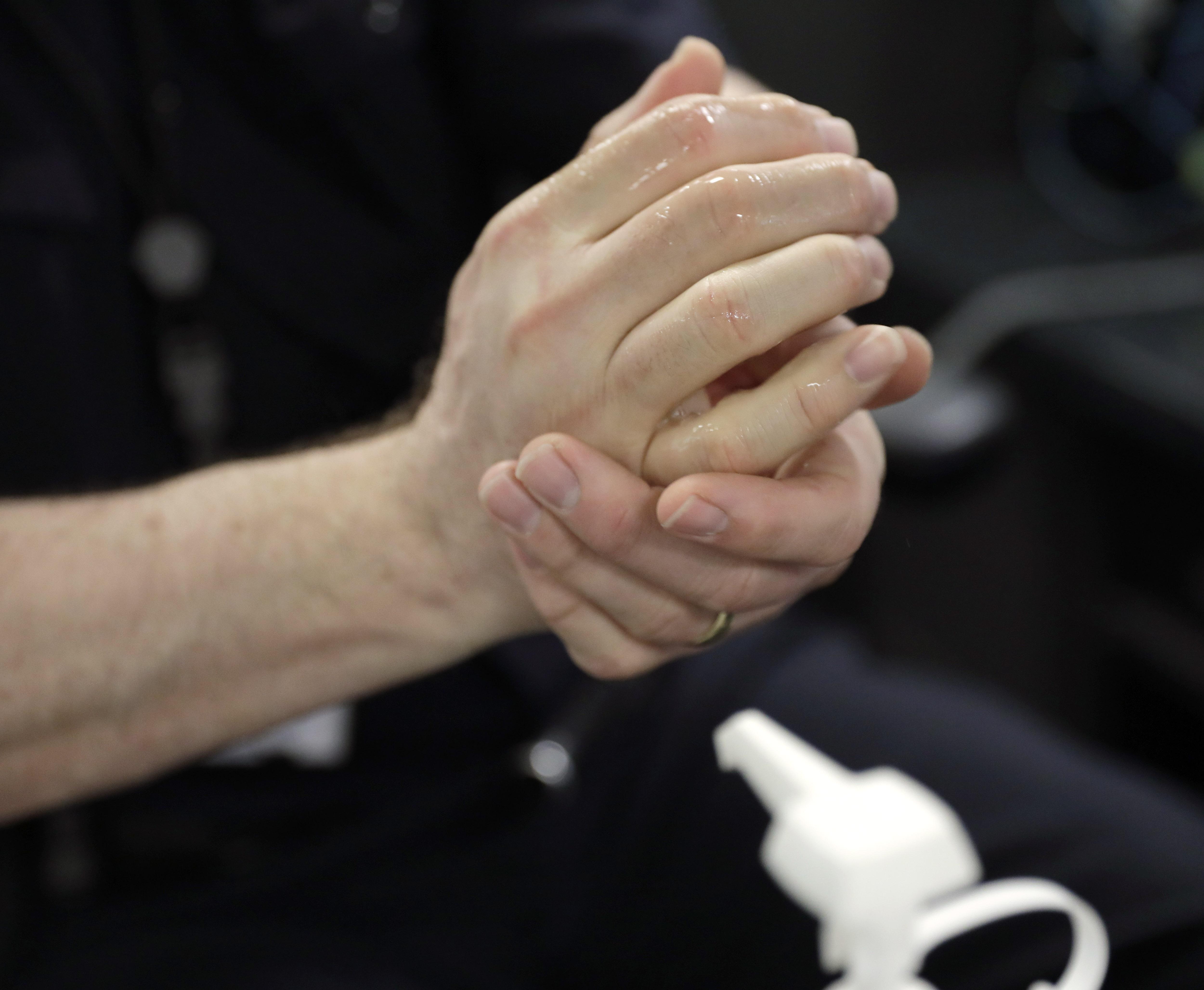 Мытье рук спасает от коронавируса фото