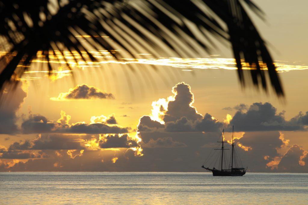 Закат на Сейшелах - лодка парусник в море