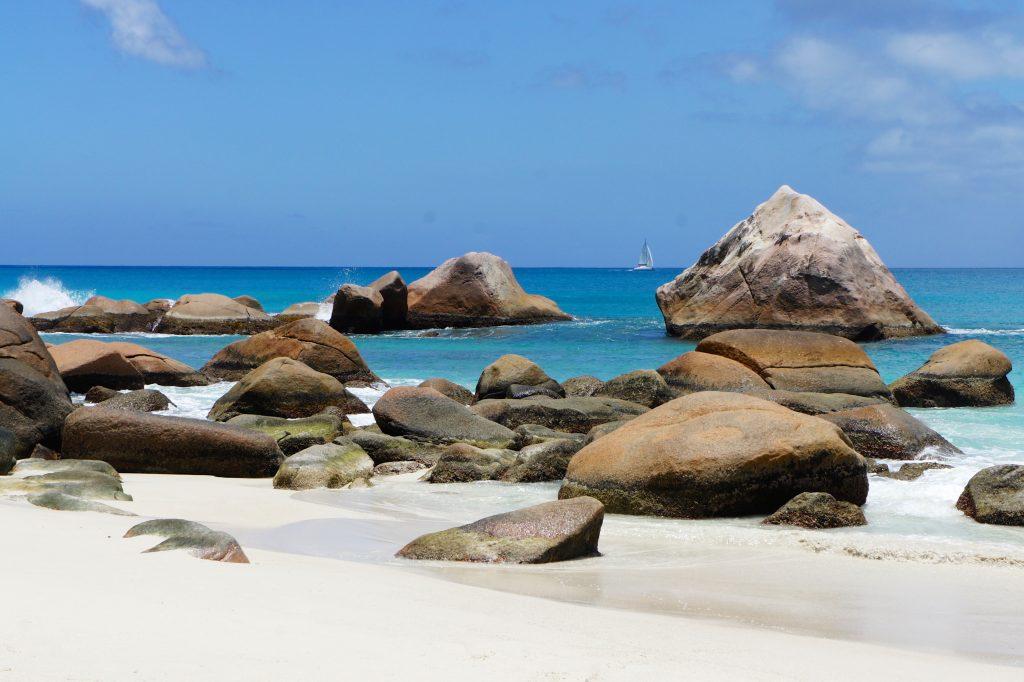 Камни валуны на пляже - Сейшельские острова