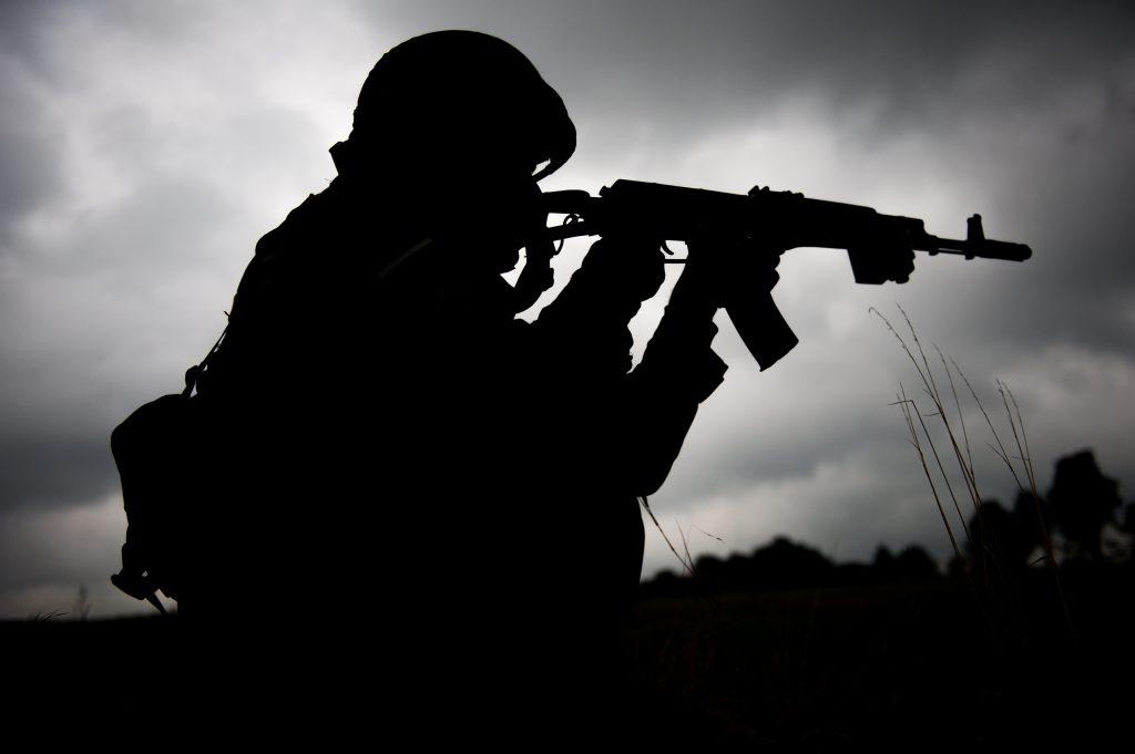 Силуэт военного солдата на фоне неба