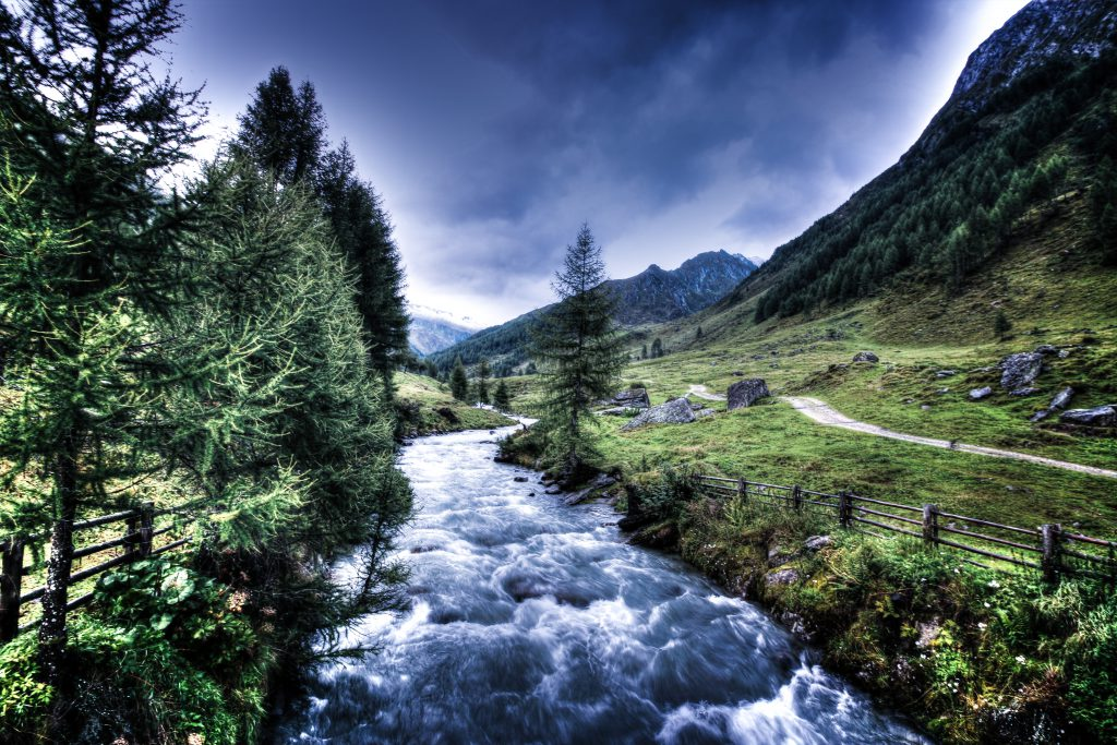 Красивая маленькая горная ручей река
