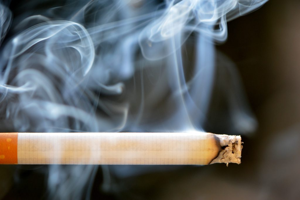 Тлеющая сигарета - дым от сигареты, курение, табак, пепел