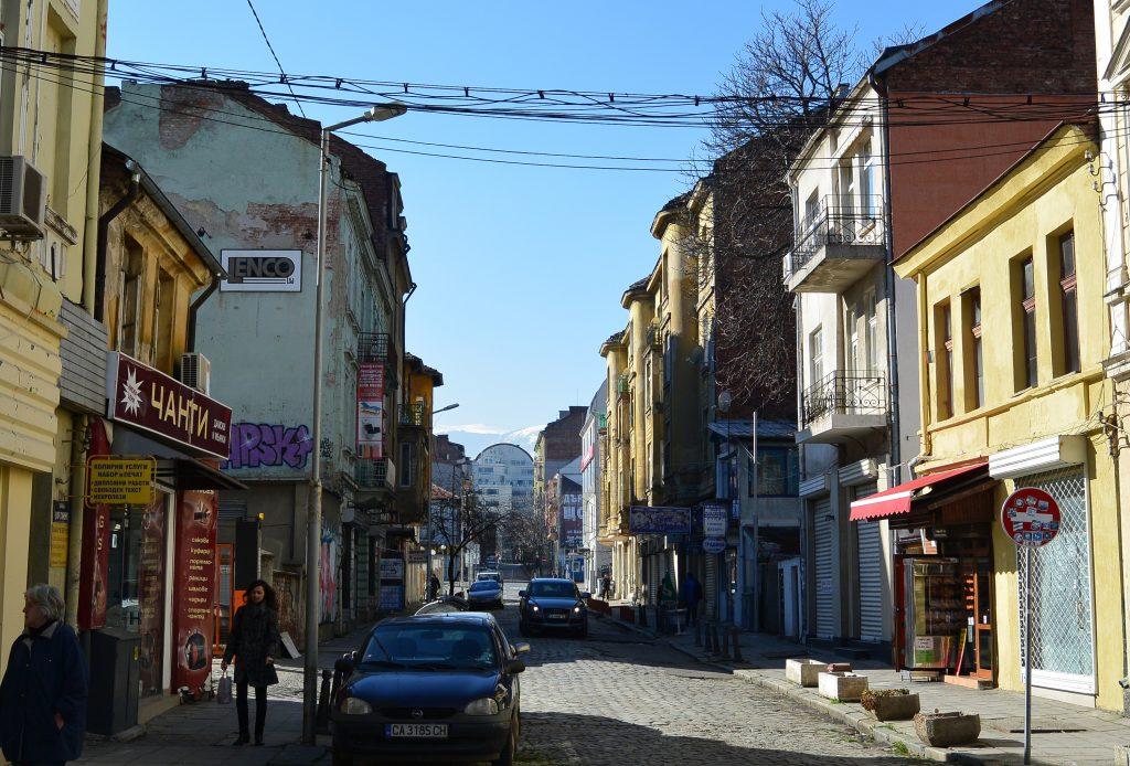 Узкая улица в городе София, Болгария