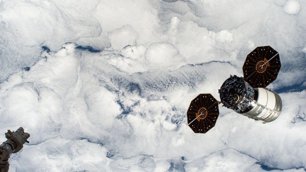 Космический корабль отсоединился от космической станции над землей