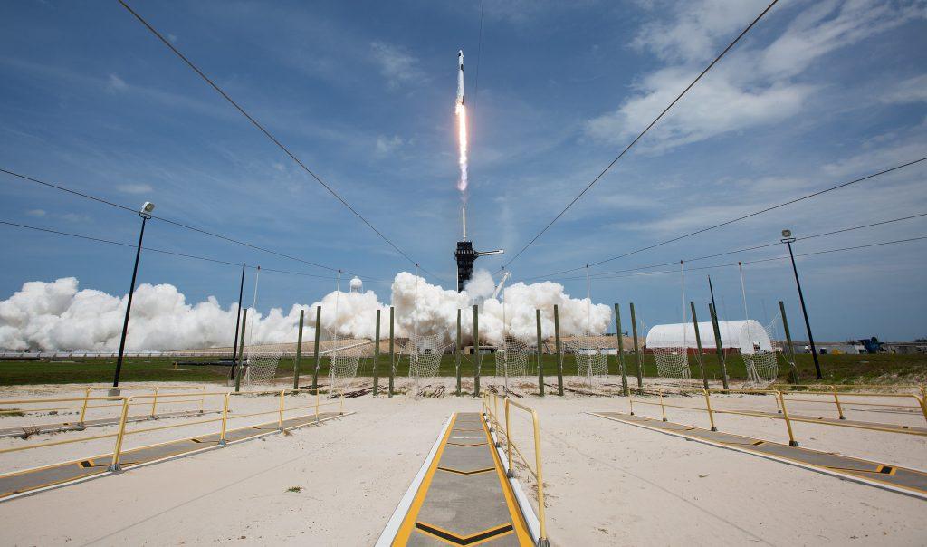 Запуск космической ракеты SpaceX Falcon с космическим кораблем Crew Dragon