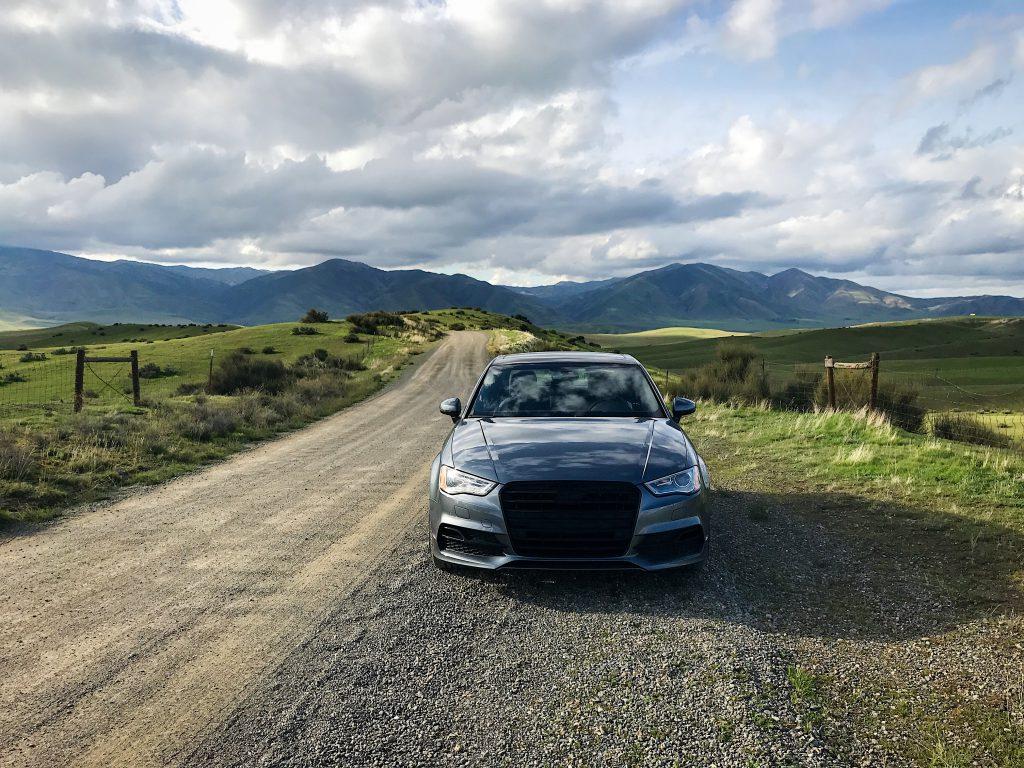 Спортивная машина на сельской дороге фото