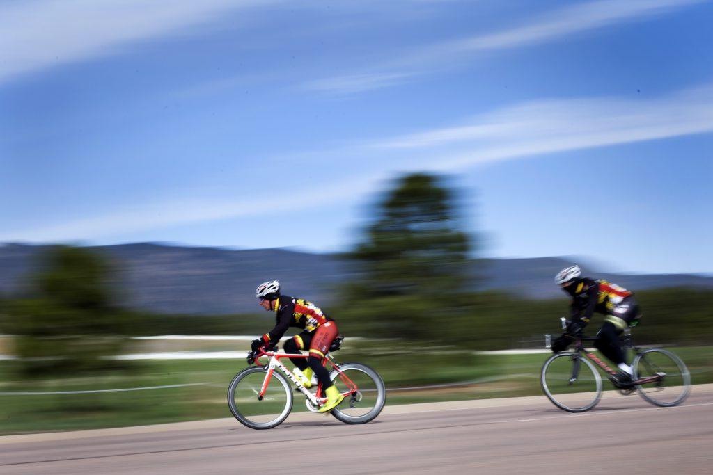 Велосипедисты на соревнованиях едут по трассе