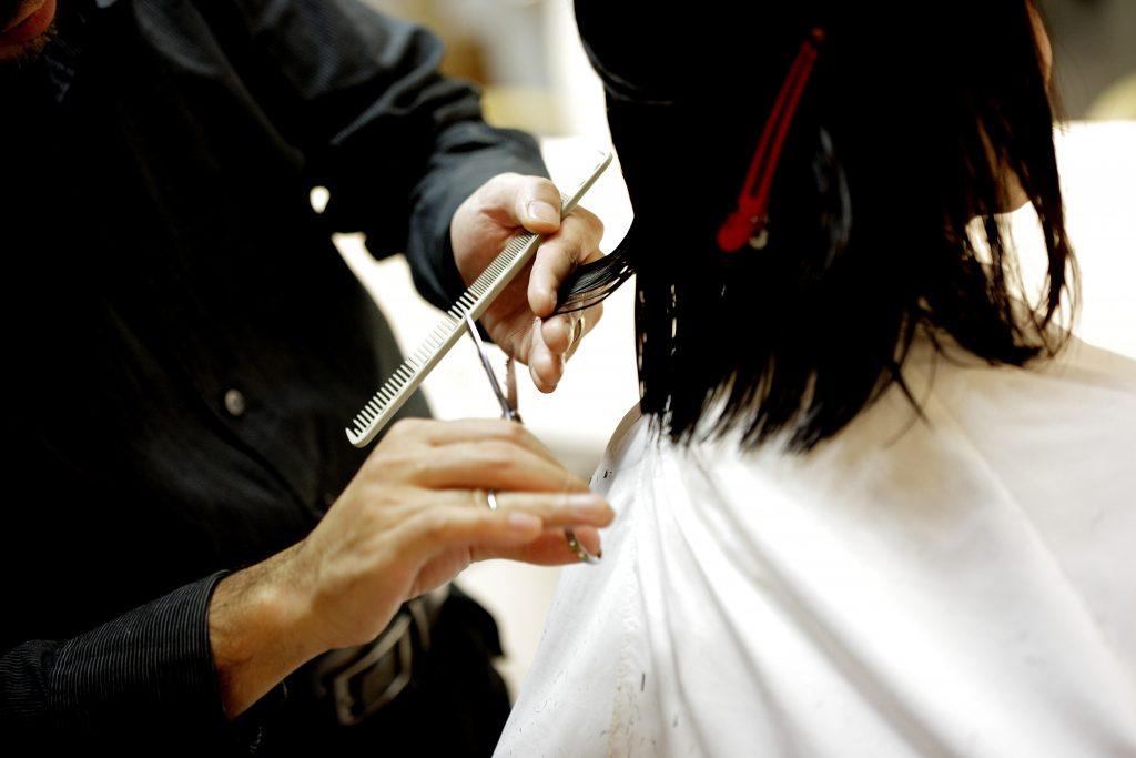 Фото парикмахер стрижет, делает стрижку - салон красоты, парикмахерская