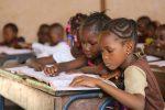 Африканские дети занимаются в школе