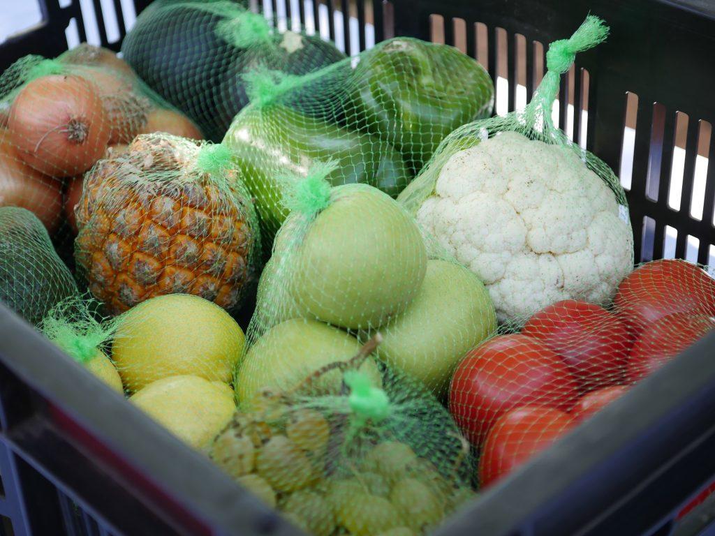 Магазин супермаркет - тележка с овощами и фруктами