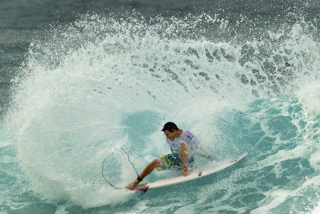 Мужчина занимается серфингом