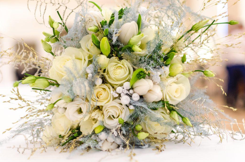 Белый свадебный букет из белых роз
