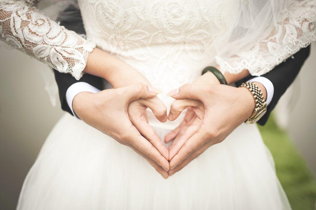 Свадьба - молодожены жених и невеста, руки крупно