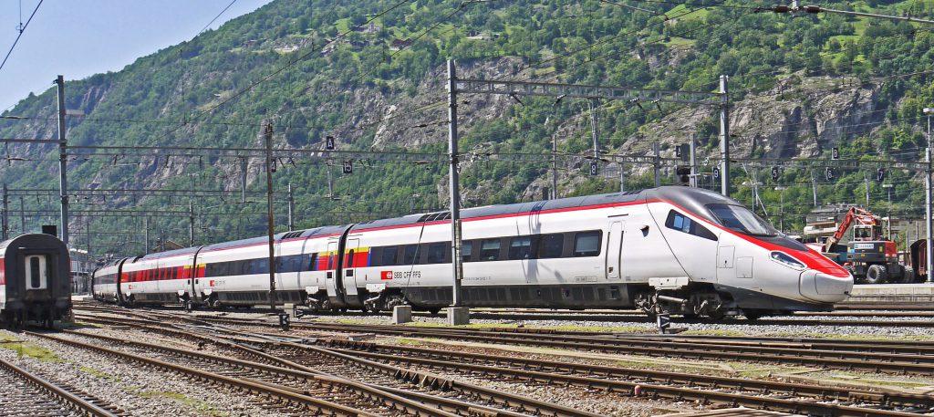 Швейцарский быстрый скорый поезд фото