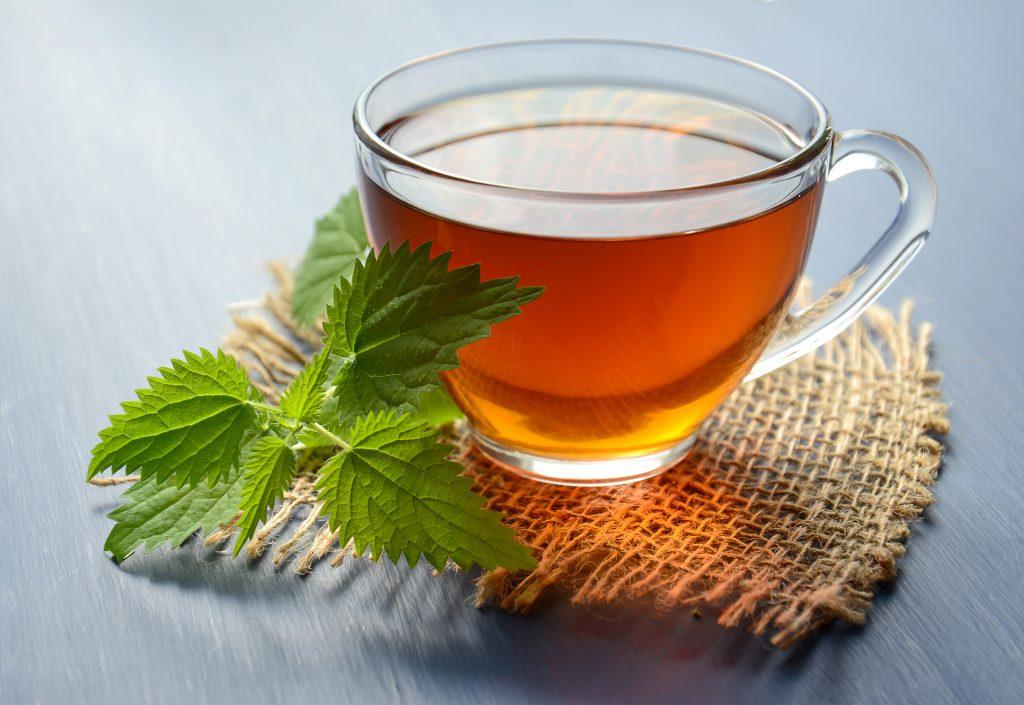 Травяной чай с мятой в чашке на столе