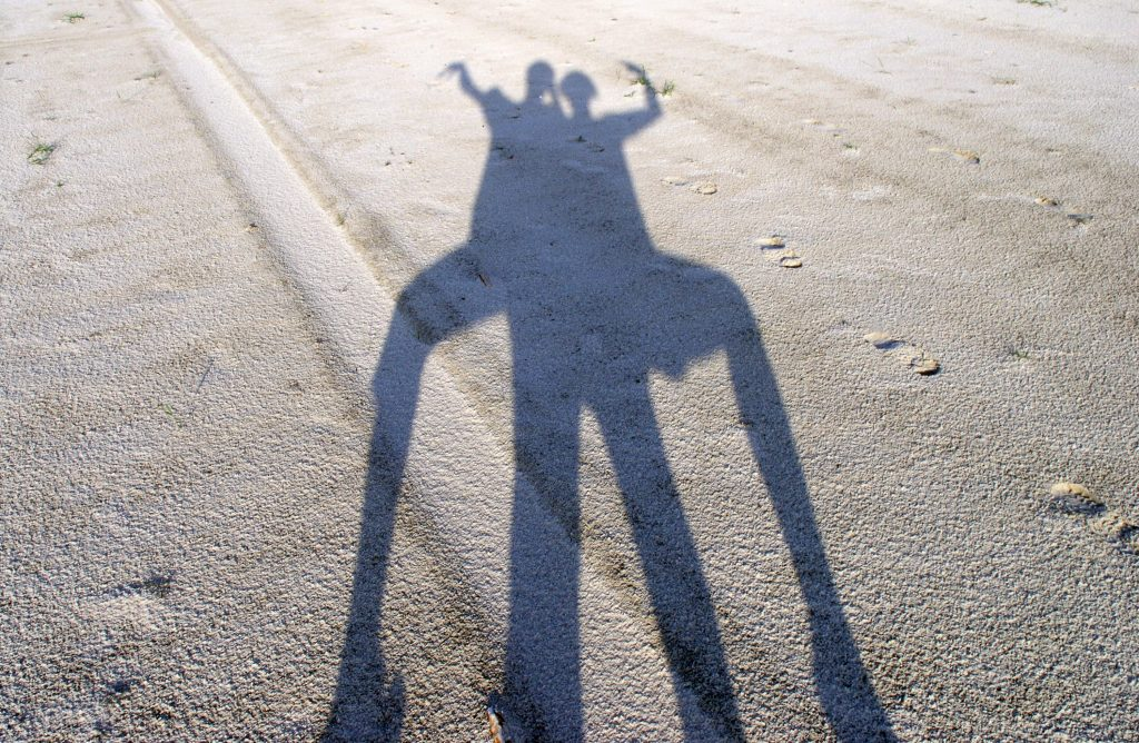 Тень человека - тени людей на песке