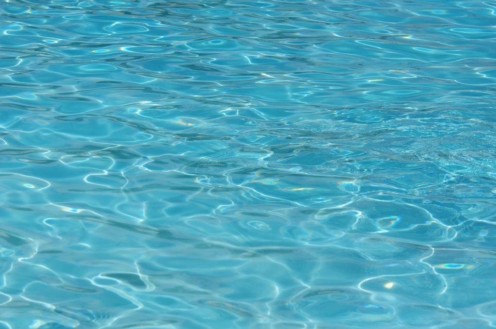 Текстура воды, голубая гладь моря, круги на воде
