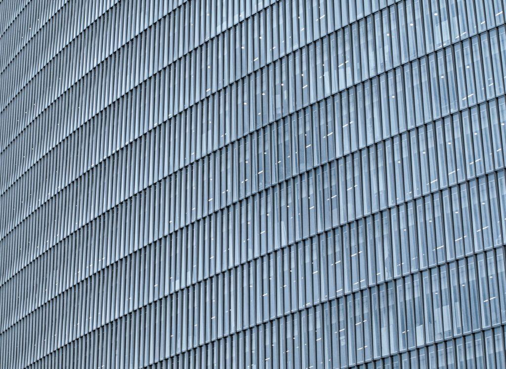 Окно и окна современного дома небоскреба текстура