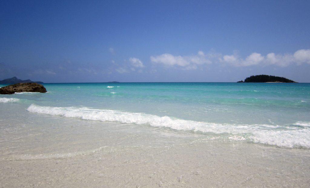 Тропический пляж и море в солнечный день