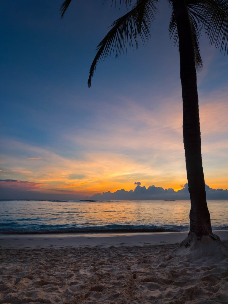 Морской закат на тропическом пляже фото
