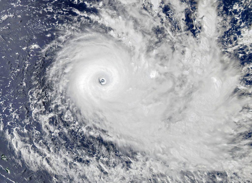Тропический шторм ураган циклон - фото с космоса
