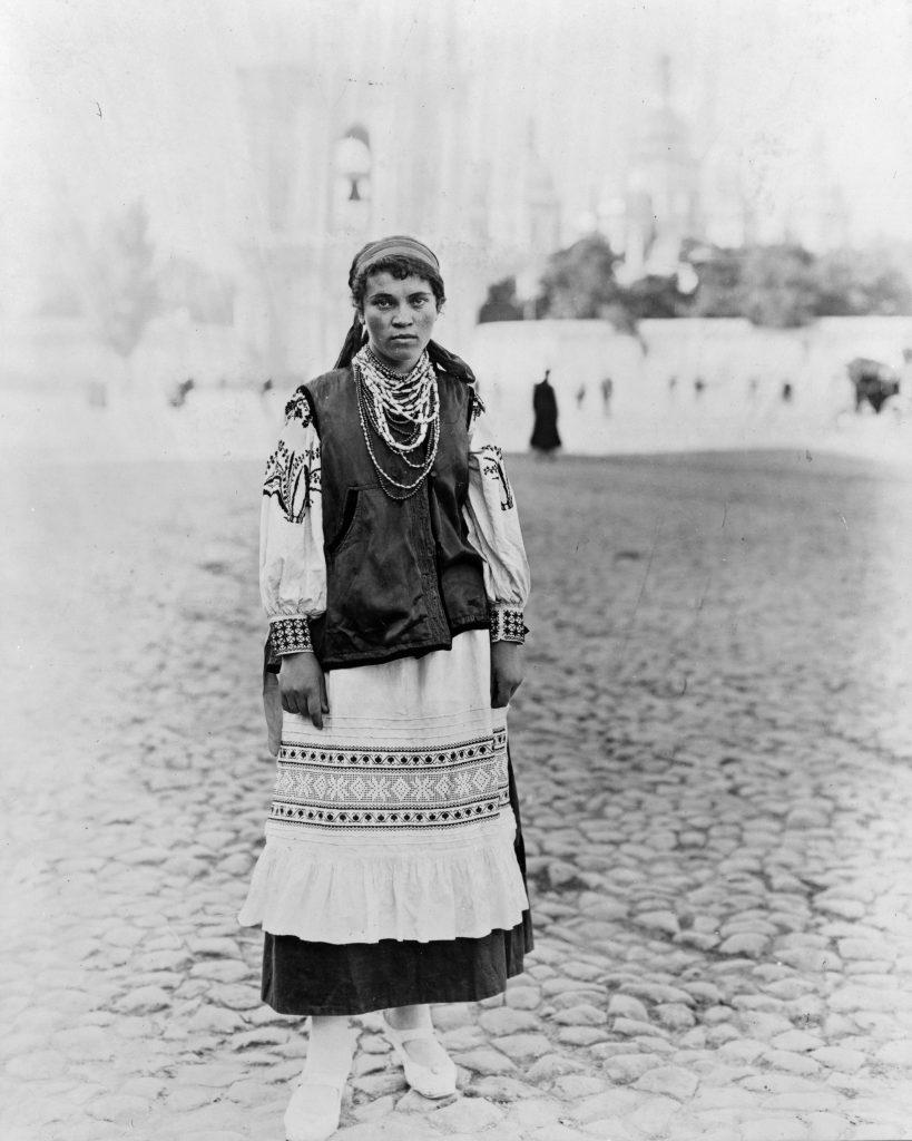 Женщина украинка позирует в национальном костюме