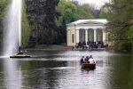 Лодка и фонтан на озере - парк Софиевка, Умань