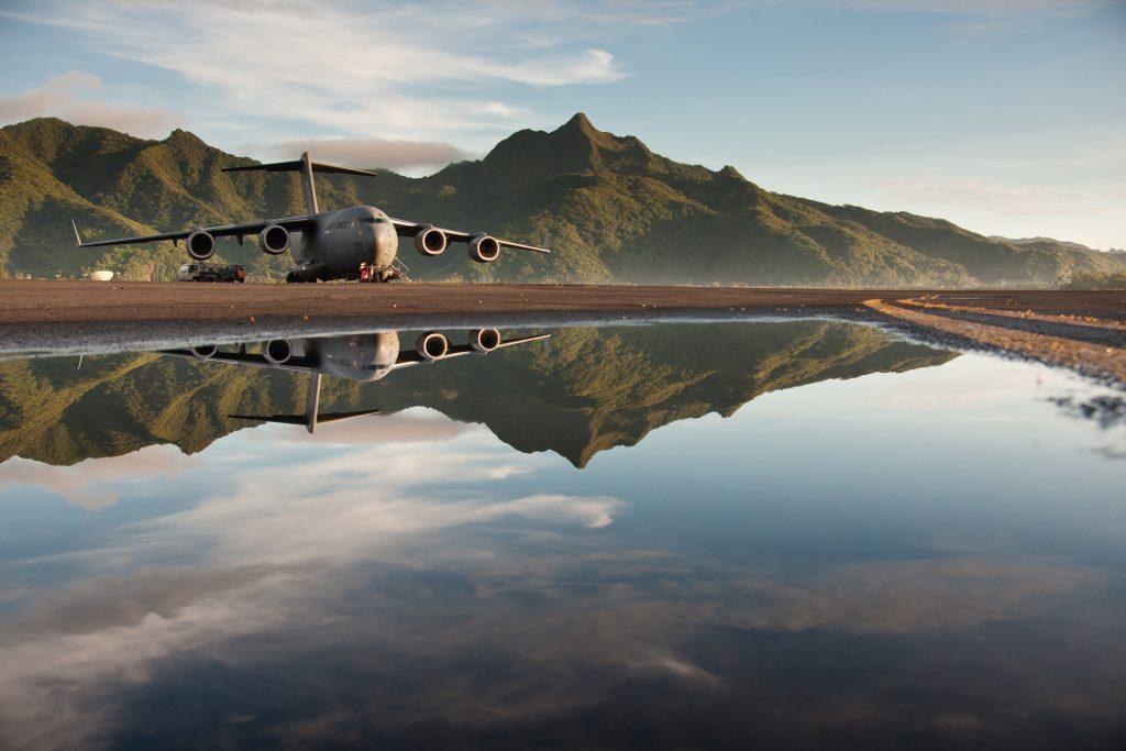 Американский военный самолет на базе в Самоа