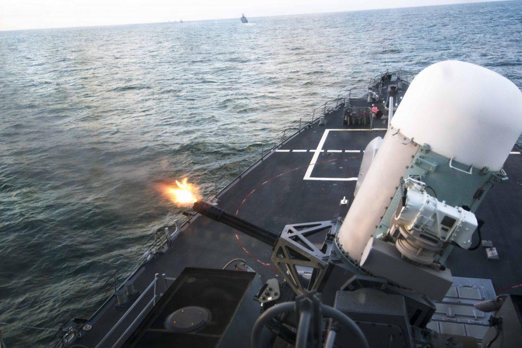 Американский военный корабль эсминец ведет огонь ракетами