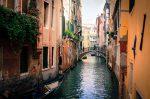 Гондола плывет по каналу в Венеции