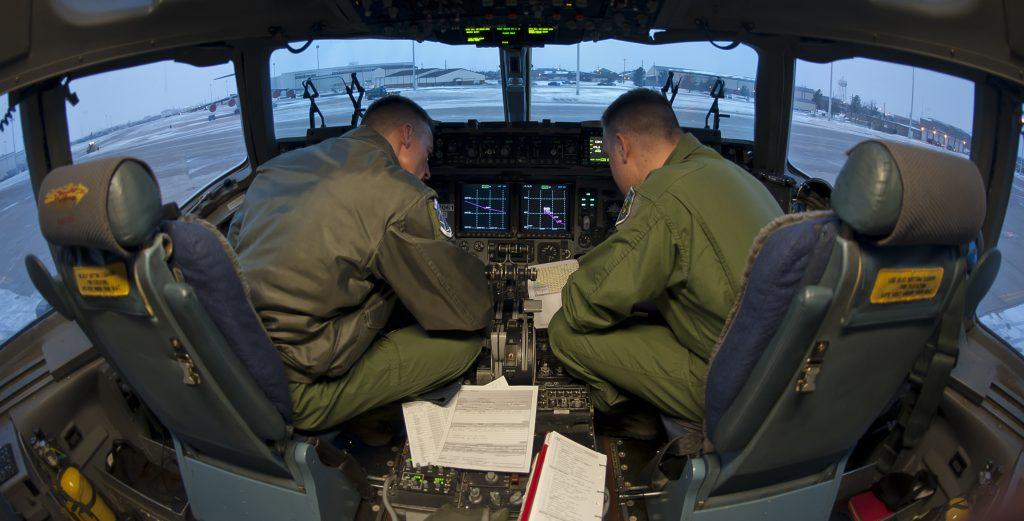 Фото пилотов внутри кабины грузового военного самолета