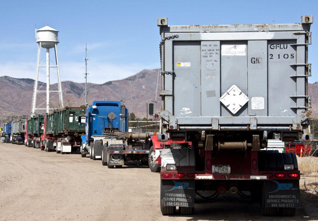 Колонна грузовиков вывозит мусор фото