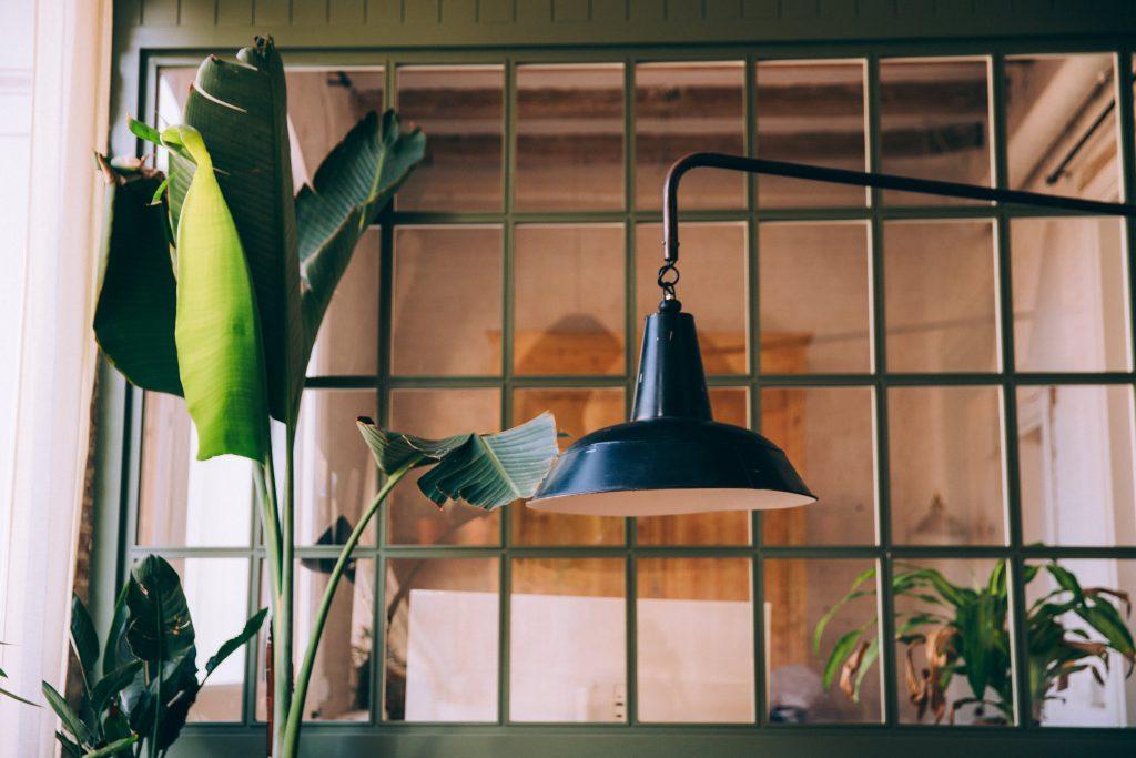 Фото окна и лампы - светильника в офисе