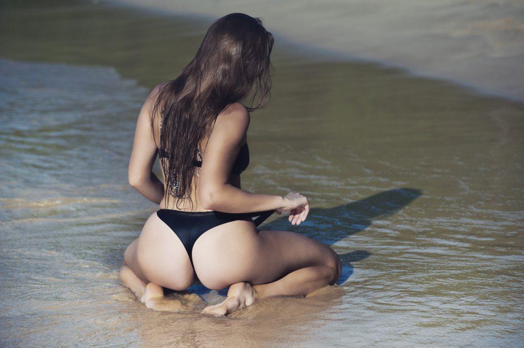 Стоковое фото девушка сидит в воде на берегу моря