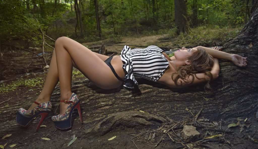 Фото в лесу девушек
