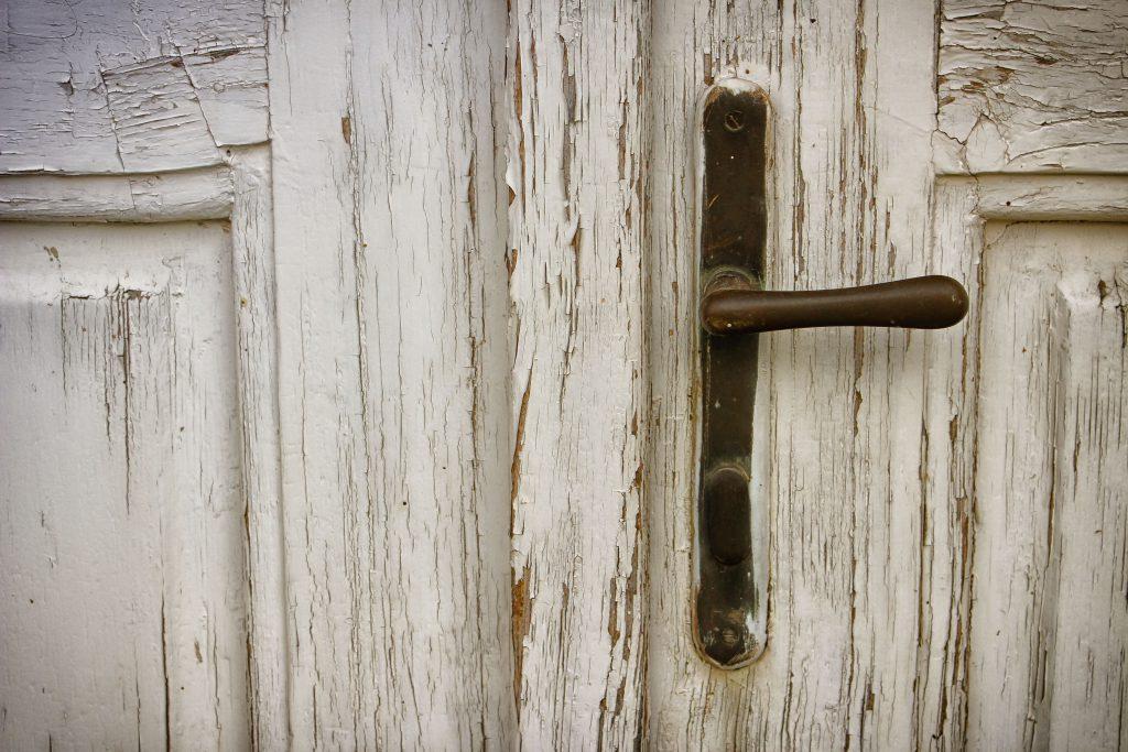 Старая деревянная входная дверь фото